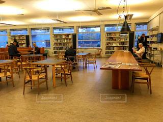 海外,本,読書,ヨーロッパ,図書館,椅子,机,人,本棚,北欧