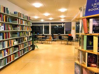 海外,本,読書,ヨーロッパ,図書館,椅子,机,本棚,北欧