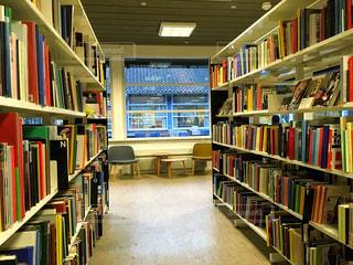 本棚の本でいっぱいの部屋の写真・画像素材[749102]