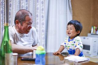 祖父と孫の会話の写真・画像素材[733491]