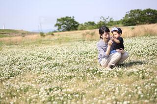 空,公園,屋外,親子,散歩,草,人物,人,抱っこ,母,シロツメクサ,ママ,お母さん,シロツメグサ,2人