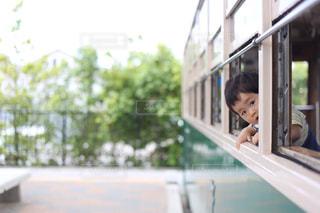 電車の駅で座っている人の写真・画像素材[1249590]