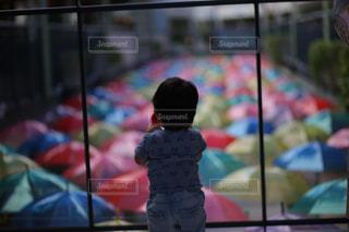 子ども,傘,カラフル,後ろ姿,幼児,梅雨,うしろ姿,かさ,カサ
