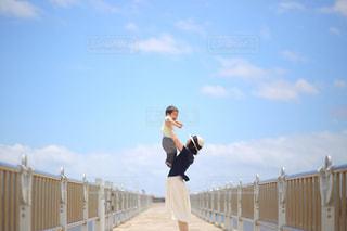 フェンスの横に立っている人の写真・画像素材[1314309]