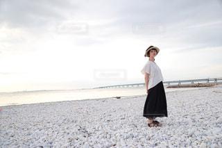 砂浜の上に立っている人の写真・画像素材[1333669]