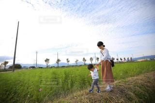 緑豊かな緑のフィールドに立っている人の写真・画像素材[1511110]