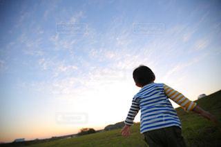 子ども,空,屋外,後ろ姿,夕焼け,夕暮れ,子供,走る,人物,人,未来,男の子,夢,夕焼け空,ポジティブ,日中,前向き,可能性