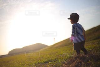 子ども,空,屋外,後ろ姿,夕焼け,夕暮れ,子供,走る,人物,人,立つ,未来,男の子,夢,夕焼け空,ポジティブ,日中,前向き,可能性