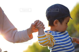 子ども,屋外,親子,夕暮れ,手,子供,手繋ぎ,人物,人,絆,未来,男の子,手つなぎ,夢,ポジティブ,日中,前向き,可能性