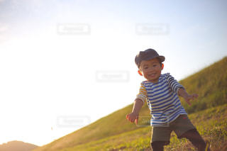 フリスビーを投げる少年の写真・画像素材[1589512]