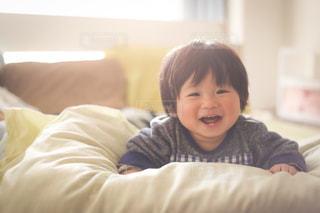 ベッドの上に座っている赤ちゃんの写真・画像素材[1589565]
