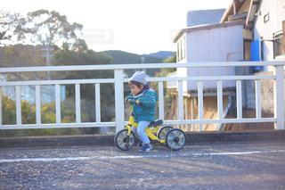 建物の前にバイクに乗る人の写真・画像素材[1751243]