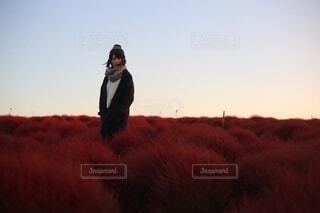 芝生の上に立っている男の写真・画像素材[3880644]