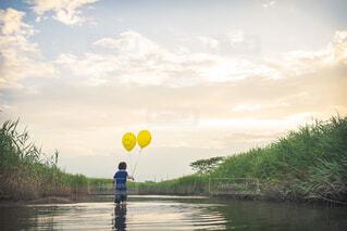 水の体の隣に立っている人の写真・画像素材[4266890]