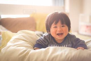 ベッドに座っている小さな子供の写真・画像素材[4432684]