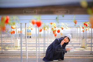 フェンスの前に立っている人の写真・画像素材[4448370]