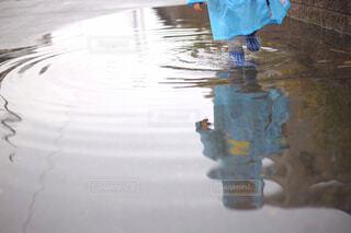 雨の日に傘を閉じるの写真・画像素材[4464215]