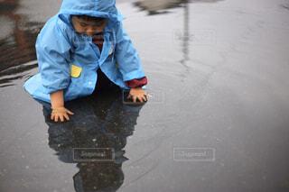 水の中に立っている小さな男の子の写真・画像素材[4464232]