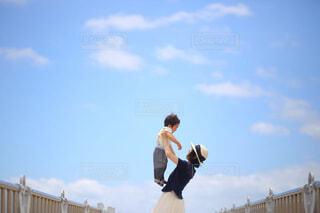 空を飛んでいる男の写真・画像素材[4467196]