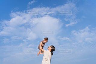 曇りの日に空を飛んでいる人の写真・画像素材[4467225]