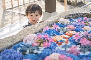 地面に座っている小さな男の子の写真・画像素材[4555927]