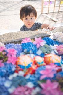 テーブルの上に座っている小さな子供の写真・画像素材[4555928]