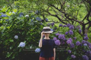 木の前に立っている人の写真・画像素材[4555930]
