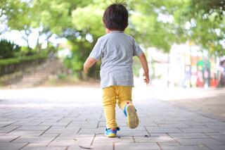 歩道の下でスケートボードに乗っている少年の写真・画像素材[4588733]