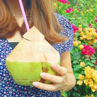 食べ物のかけらを保持している小さな女の子の写真・画像素材[752107]