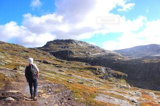 岩が多い丘の上に立っている人 - No.788101