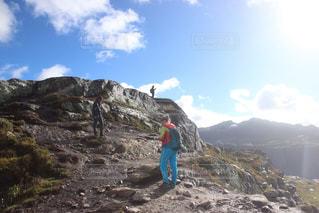 岩が多い丘の上に立っている人 - No.788107