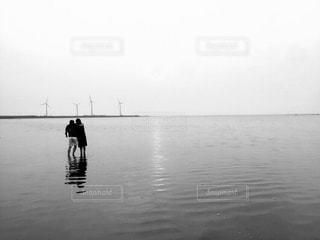 水の体の横に立っている人のグループ - No.813505