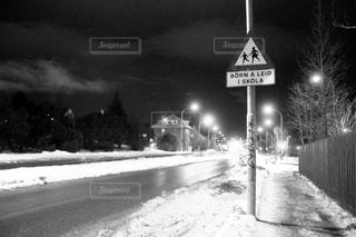 雪の覆われた道路側看板の写真・画像素材[814045]