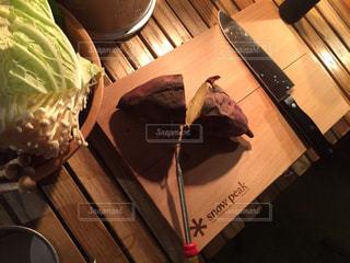 テーブルの上のケーキと木製のまな板 - No.848224