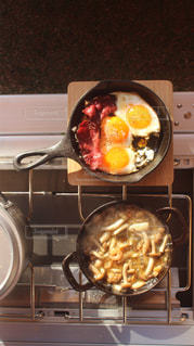 ストーブの上に食べ物のプレート - No.848228
