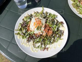 テーブルの上に食べ物のプレートの写真・画像素材[1173371]