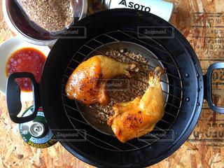 グリルの上に食べ物のプレートの写真・画像素材[1203962]