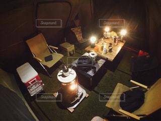 テーブルに着席した人の写真・画像素材[1203965]