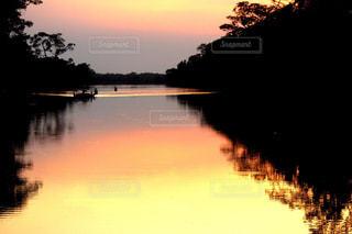 水の体に沈む夕日の写真・画像素材[1270515]
