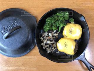 木製テーブルの上に座って食品のボウルの写真・画像素材[1275989]
