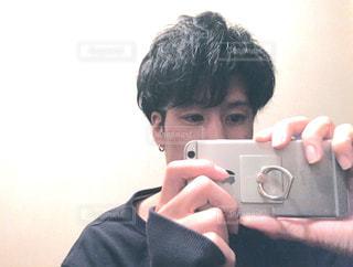 カメラを持って男の写真・画像素材[1647421]