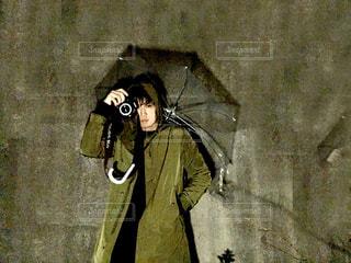 男性,20代,カメラ,雨,傘,男,深夜,ロングコート