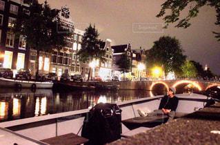 男性,20代,風景,夜,夜景,男,都会,オランダ,アムステルダム,運河