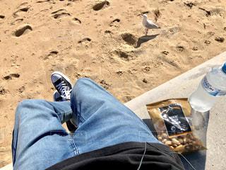 ビーチに座っている男の写真・画像素材[1826245]