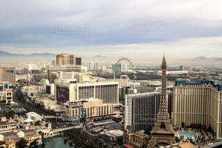 背景の都市と港の写真・画像素材[1026272]