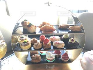テーブルの上に食べ物のプレートの写真・画像素材[937922]