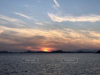 水の体に沈む夕日の写真・画像素材[1281633]