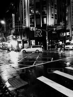 忙しい街の通りの黒と白の写真の写真・画像素材[1685664]