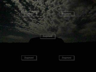 暗闇の中の雲のクローズアップの写真・画像素材[2414076]