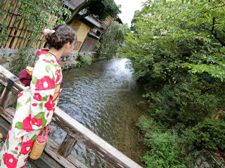 川の横に立っている人の写真・画像素材[1672823]